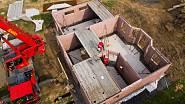 Stavba 1. NP, montáž přízemí, osazení schodiště a polostropů