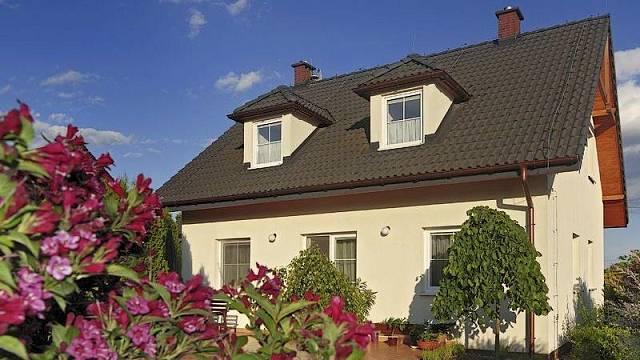 Stavíte dům, který bude připojen na dálkový zdroj vytápění? I tak nezapomeňte na komín.
