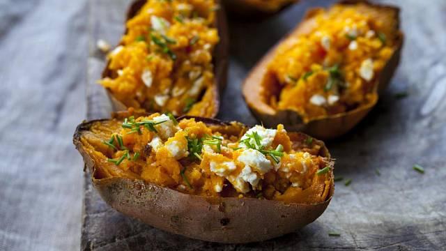 Pečené batáty se zeleninou a sýrem