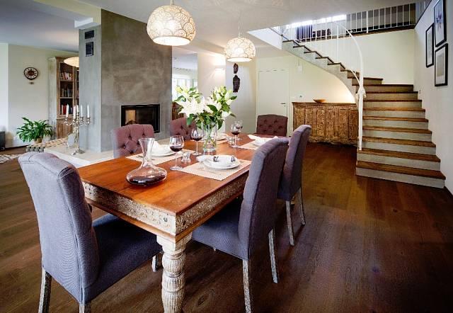 Elegantní jídelní stůl z teakového dřeva zaujme vyřezáváním, cena 32900 Kč.