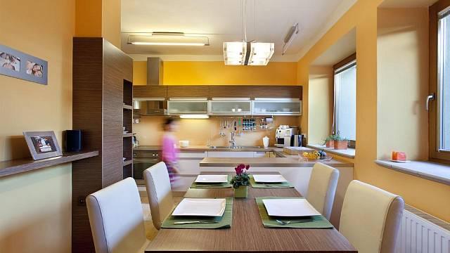 Vlastní návrh majitelů, v kuchyni a jídelně je kombinace hliníku, skla, lesklého laku a ořechové aero dýhy