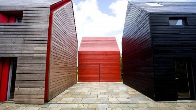 Součástí stavby je garáž, která je umístěna mimo pohyblivé struktury a v součinnosti s hlavní stavbou vytváří u domu dvůr.