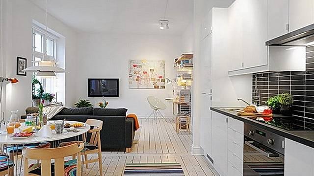 Tady máme kombinaci už několikrát omletých pravd – jednoduchý a lehký nábytek, bílá barva a tmavší doplňky. S tím nic nezkazíte.