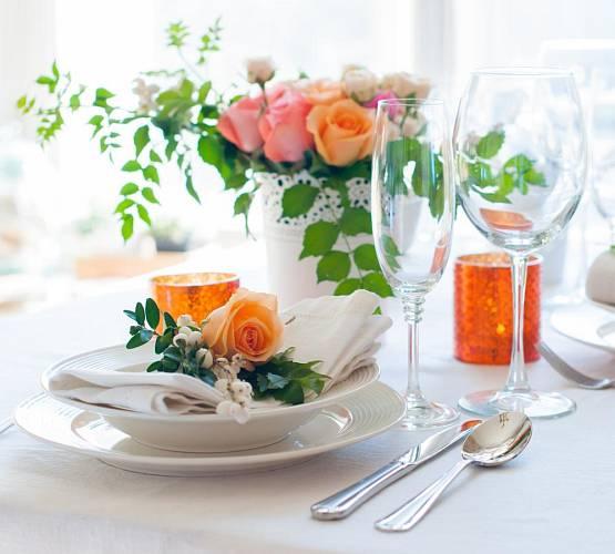 K létu patří neodmyslitelně spousta květů, ať už jsou to růže, lilie, levandule, kopretiny či třapatky a další. Neměly by chybět ani na vašem stole, dodají vaší domácnosti půvab a svěžest.