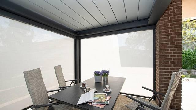 Boční zastínění pergoly vás ochrání před nízkým sluncem, bočním větrem i pohledy sousedů