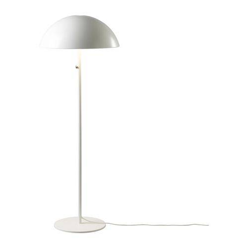 Stojací a stolní lampa BRASA z řady IKEA 365+ mají působivě jednoduchá stínidla z bíle lakovaného kovu, která dobře zapadnou do lapidárně tvarovaného prostoru a svým oblým tvarem ho zjemní.