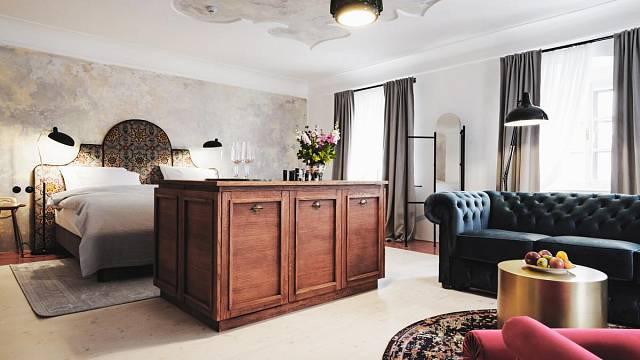 Pokoj č.6 – Lilie. Prostorově největší pokoj. Na stropě je štukové zapatinované zrcadlo, stejně jako na stěně za postelí. Podlaha je smrková, po obvodu je natřená červeně. V pokoji je ve středu minibar s výsuvnou TV. Pro lenošení je zde rozkládací sofa...