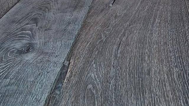 Drápané dřevo nechané na slunci zešednout, posléze patinované vytíráním sětle šedé barvy.