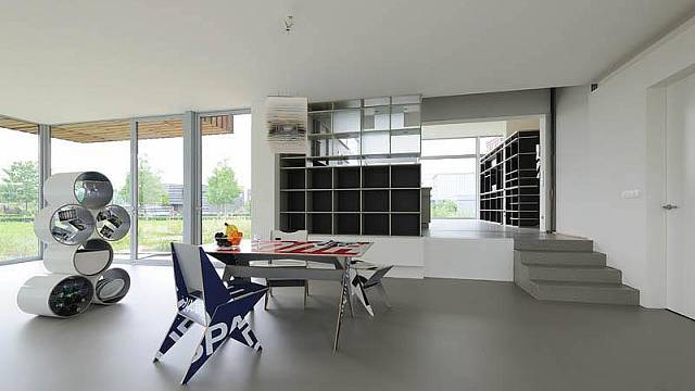Interiér domu je zařízený skoro celý z recyklovaných materiálů
