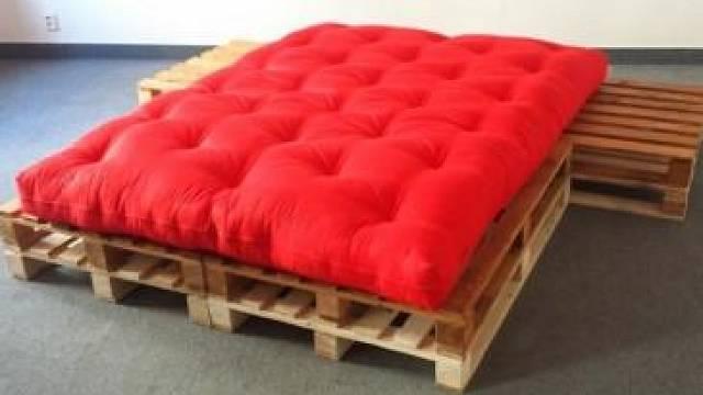 Paletová postel s nočními stolky, 8 400 Kč www.nejfuton.cz