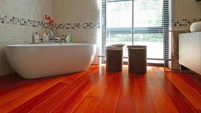 Africký padouk zaujme výraznou barvou, která časem ztmavne / www.vetedy.com