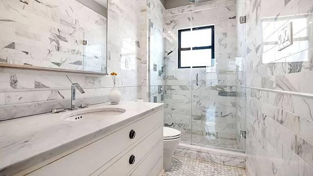 Danny DeVito si pořídil byt v New Yorku za dva miliony dolarů. Tohle je jeho koupelna.