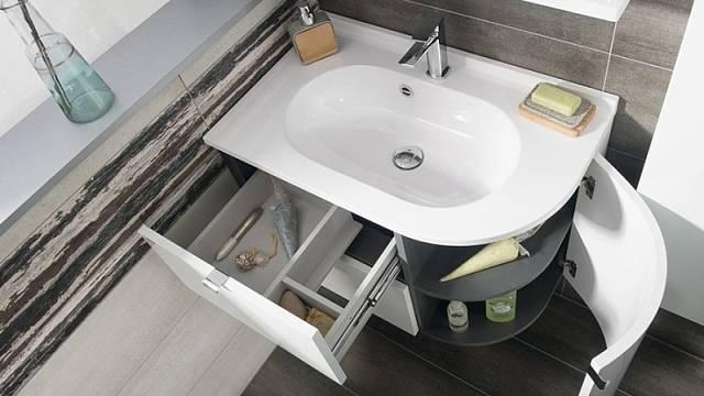 Prostorná skříňka Pulse ze série Kompozice řeší problém využití rohu v koupelně, cena 16 990 Kč.
