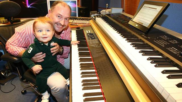 <p>Michal David s vnukem Sebastianem v nahrávacím studiu</p>