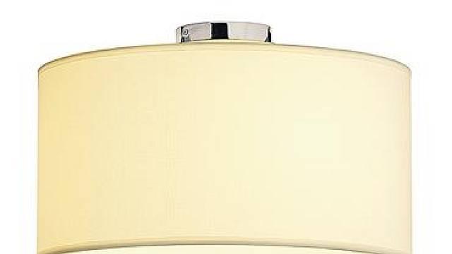 Ačkoliv bílý lustr Soprana CL 1 působí na bílém na stropě zcela přirozeně, díky svému průměru 50 cm a výšce 32 cm je nepřehlédnutelný. Se třemi žárovkami 60 W nádherně svítí a skrz textilní širm poskytuje měkce lomené světlo. Prodává Rendl Light Studio...