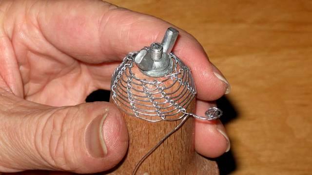 Spirálovitý konec zaštípneme na stejnou délku, vytvoříme zněj plochou spirálku, kterou přitiskneme kjiž upletené části zvonečku.