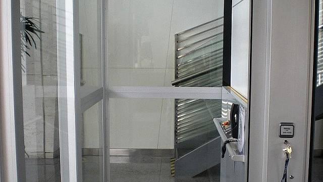Plošina instalovaná do výtahové šachty