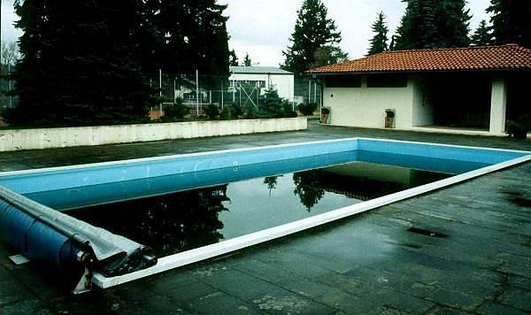 Premiér Lubomír Štrougal si jeden bazén nechal postavit na zahradě a druhý, menší, vpodsklepení vily. Ten vyšel na 350 tisíc rakouských šilinků.