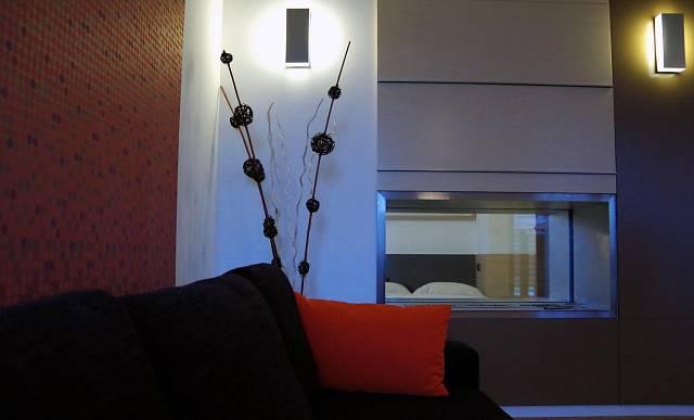 Průhled z obývacího pokoje do ložnice se dá zakrýt nebo se zde může zapálit lihový krb