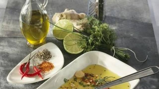 Marináda připravená z olivového olej, česneku, chilli, bylinek, čerstvého zázvoru a pár kapek limetky.