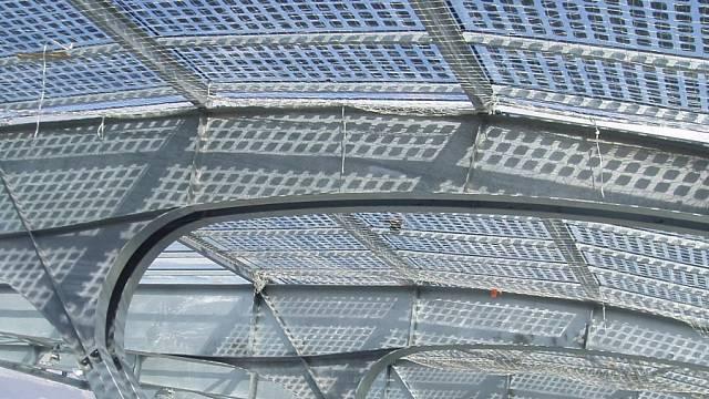V Grenoblu postavili nový stadion, který má ve střeše semitransparentní fotovoltaiku