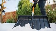 Shrnovač sněhu hrablo SnowXpert Fiskars, orientační cena 699 Kč