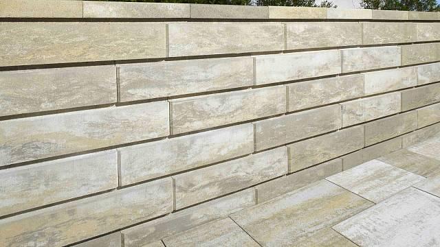Zákrytové desky snadno sladíte s celým plotem i s dlažbou. Jako v případě plotovek BEST - MAESTRA.