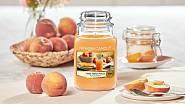 Vonná svíčka Farm Fresh Peach, doba hoření 110 až 150 hodin, cena 799 Kč