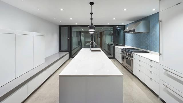 Naopak kuchyně je dlouhá, jakoby v kontrastu s knihovnou