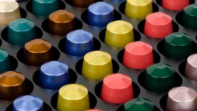 Kapsle pro kapslové kávovary jsou odličeny barevně podle druhu kávy.