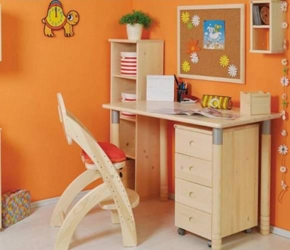 Psací stůl MINI D727 ze smrkového masivu, 5 593 Kč. Díky nastavitelným nohám lze upravovat výšku stolové desky. / www.intena.cz