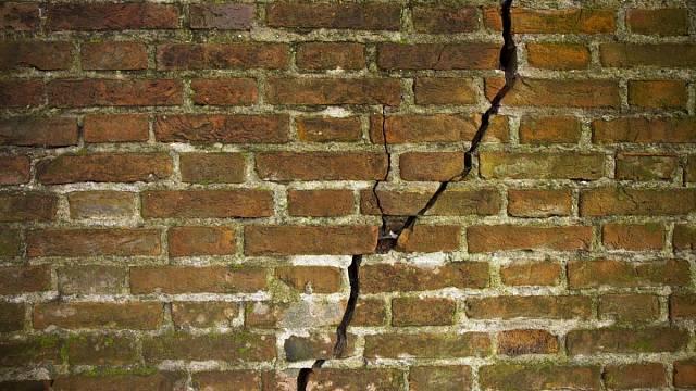 Praskající zeď