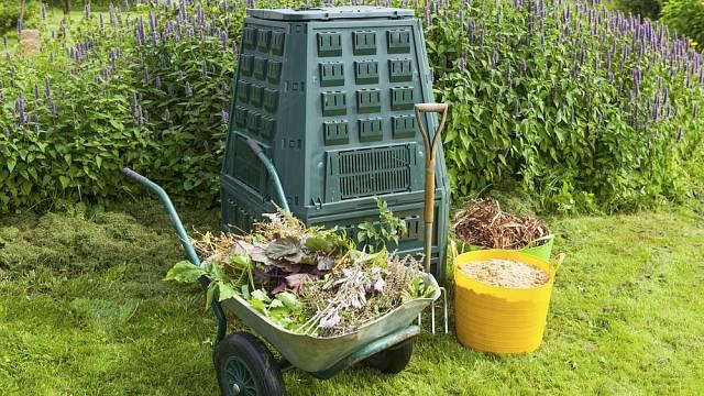 Ať už koupený nebo doma vyrobený kompostér je skvělým pomocníkem na vaší zahradě.