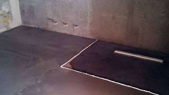 Spodní koupelna připravená na obkládání