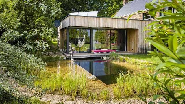 Jezírko využívá rodina ke koupání od jara do podzimu a celoročně k ochlazování ze sauny