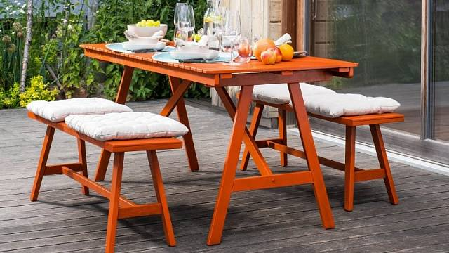 Krycí barva UNI mat natónovaná do ohnivě rezavého odstínu NCS S 2075-Y70 osvěží i minimalistické sezení na terase, orientační cena od 355 Kč za 1 litr.