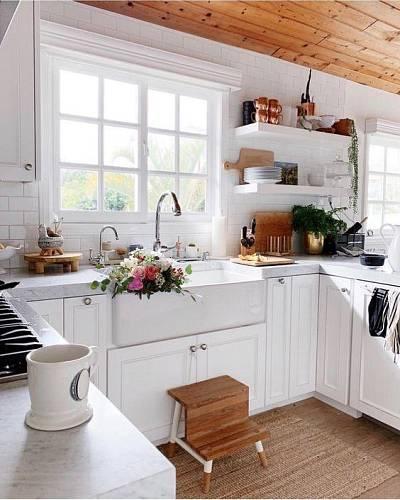Otevřené police v kuchyni