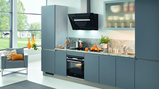 Jednoduše chytré: více místa nabídnou vysoké skříně na koncích linky, do jedné z nich se vejde i chladnička s mrazničkou.