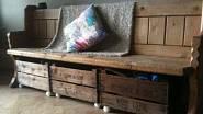 Stará lavice a dřevěné bedničky. To je fantastická a jednoduchá kombinace