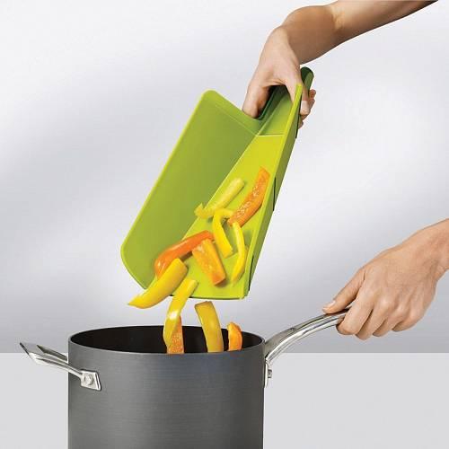 Další kuchyňské prkénko, které stojí za pozornost. Po nakrájení vám ingredience zůstanou uprostřed prkénka, kraje ohnete a všechno bez zbytků přesypete do hrnce či misky, aniž byste museli sbírat okolo napadané kousky.