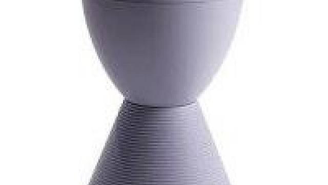 Plastovou stoličku PRINCE AHA lze použít jako odkládací nebo konferenční stolek a v malém interiéru sehraje roli výtvarně zajímavého doplňku. Ve své nabídce jí má např. Designpropaganda (cena 1877 Kč)