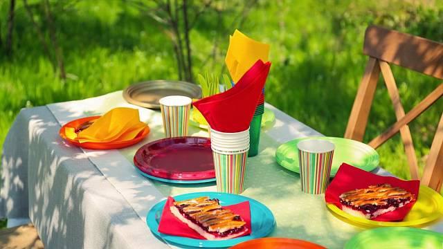 Pestré plastové či papírové nádobí je na piknik skvělé. Po použití jej jednoduše sbalíte a vyhodíte.