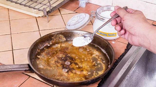 Na starší nádobí můžeme použít jedlou sodu. Poradí si i s těmi nejhoršími připáleninami.