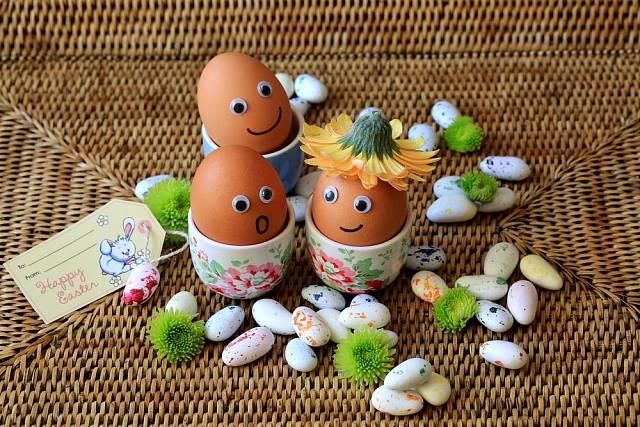 Nezapomínejme na to, že Velikonce jsou svátkem, který milují děti. Vajíčka s obličeji (nalepovací oči koupíte v papírnictví) jsou zajímavou změnou proti klasickým barevným vajíčkům.