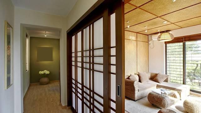 Posuvné dveře oddělují obytné prostory od prostor na spaní.