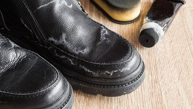 Skvrny od chemické soli odstraňte z bot co nejdříve.