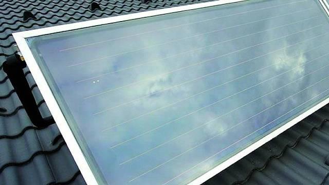 Příklad instalace nadstřešního solárního systému, která je možné použít i u střech s menším či dokonce nulovým sklonem střechy.