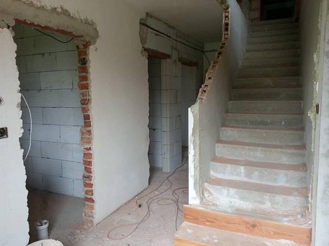 Schodiště a vzadu vchod do ložnice.