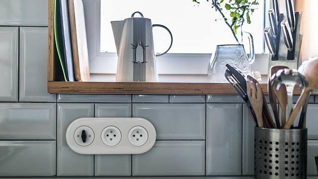 I u kuchyňské linky je třeba dbát na to, aby byly zásuvky z dosahu ostřiku vodou od dřezu.