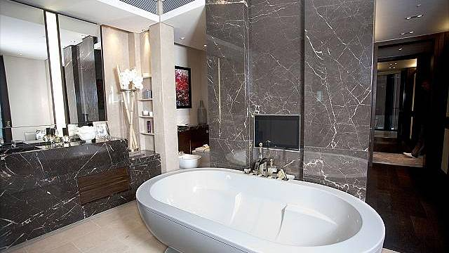 Koupelny jsou obloženy mramorem.